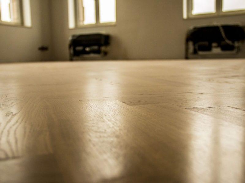 Fotoreportaż, pomieszczenie z drewnianym parkietem