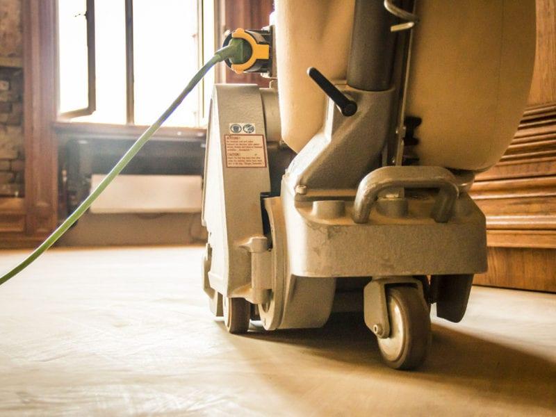 Fotoreportaż, maszyna wykonująca cyklinowanie parkietu